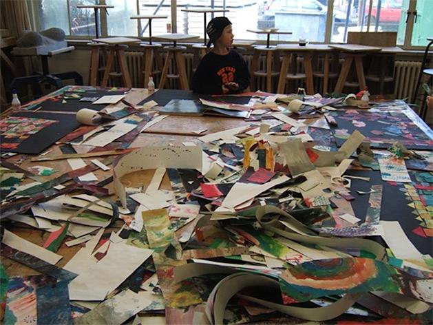tafel vol met snippers beschilderd papier